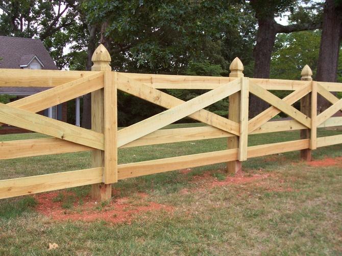 Горизонтальный деревянный забор в стиле кантри