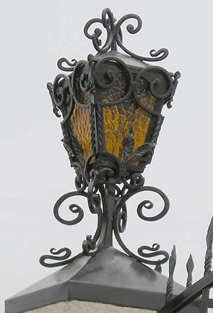 Кирпичный столб со светильником