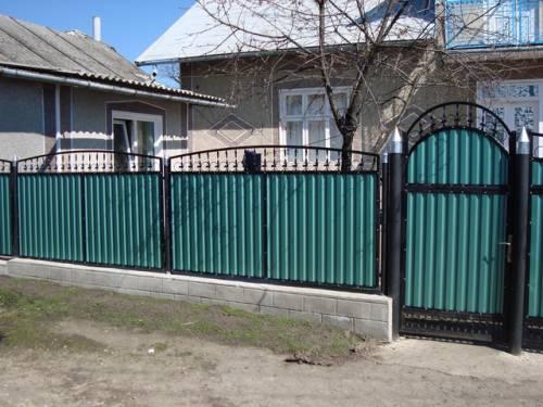 Кованые элементы на заборе из профнастила