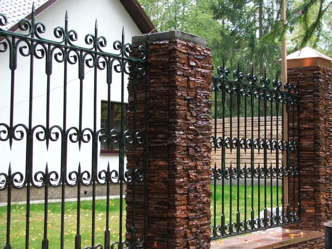Необычная облицовка кирпичных столбов