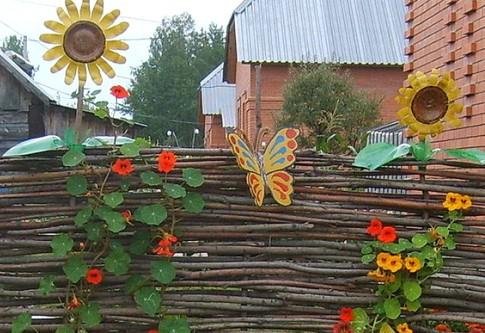 Плетеный забор из виноградной лозы с декоративными элементами