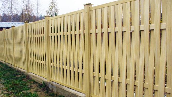 Плетеный забор в вертикальном исполнении