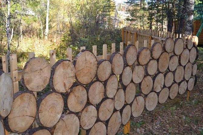 Забор с деревянными спилами
