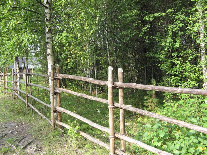 Готовый забор из жердей