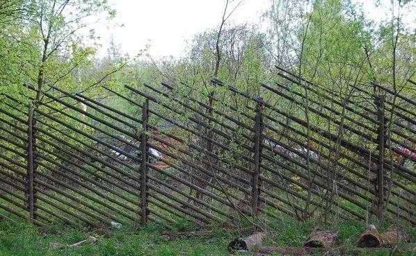 Забор из жердей, установленных по диагонали
