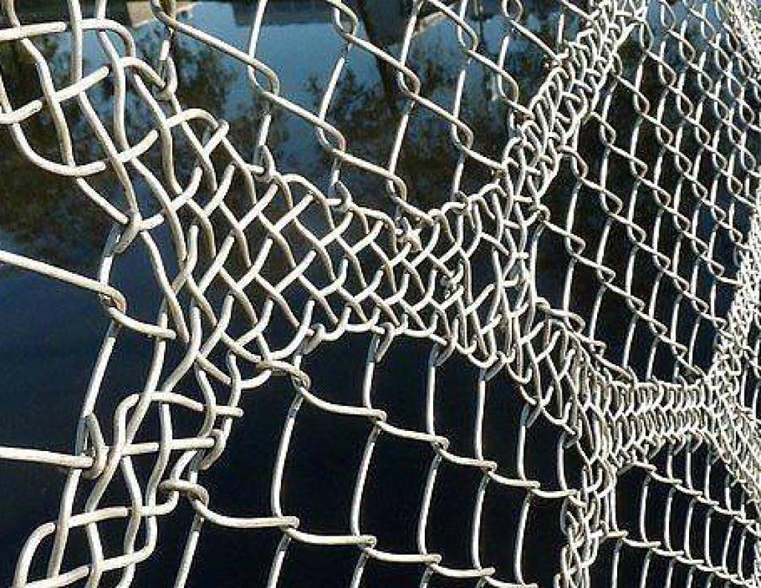 Кружевной забор из рабицы своими руками 80