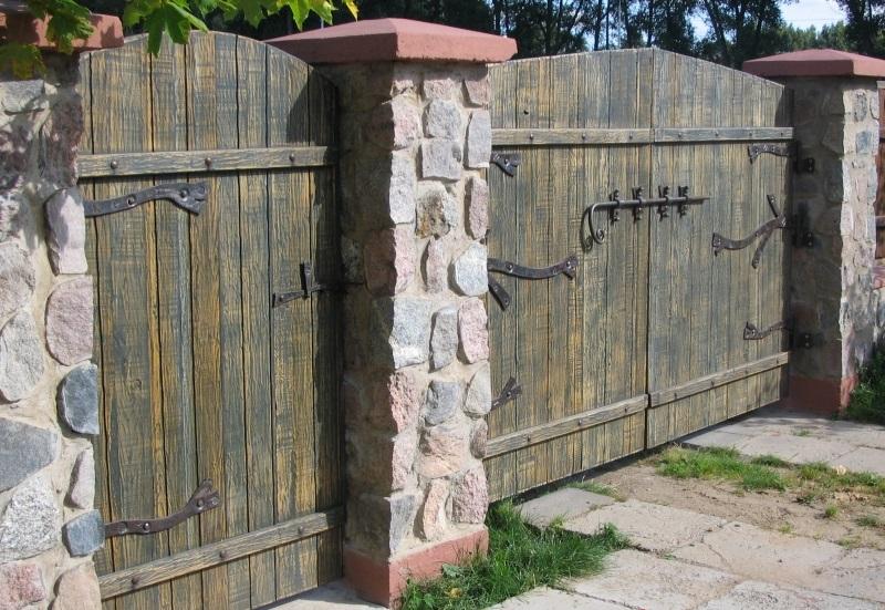 деревянные ворота с коваными деталями