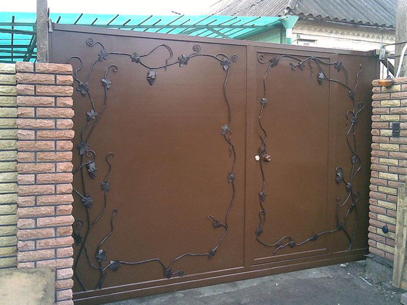стальные ворота, украшенные коваными элементами