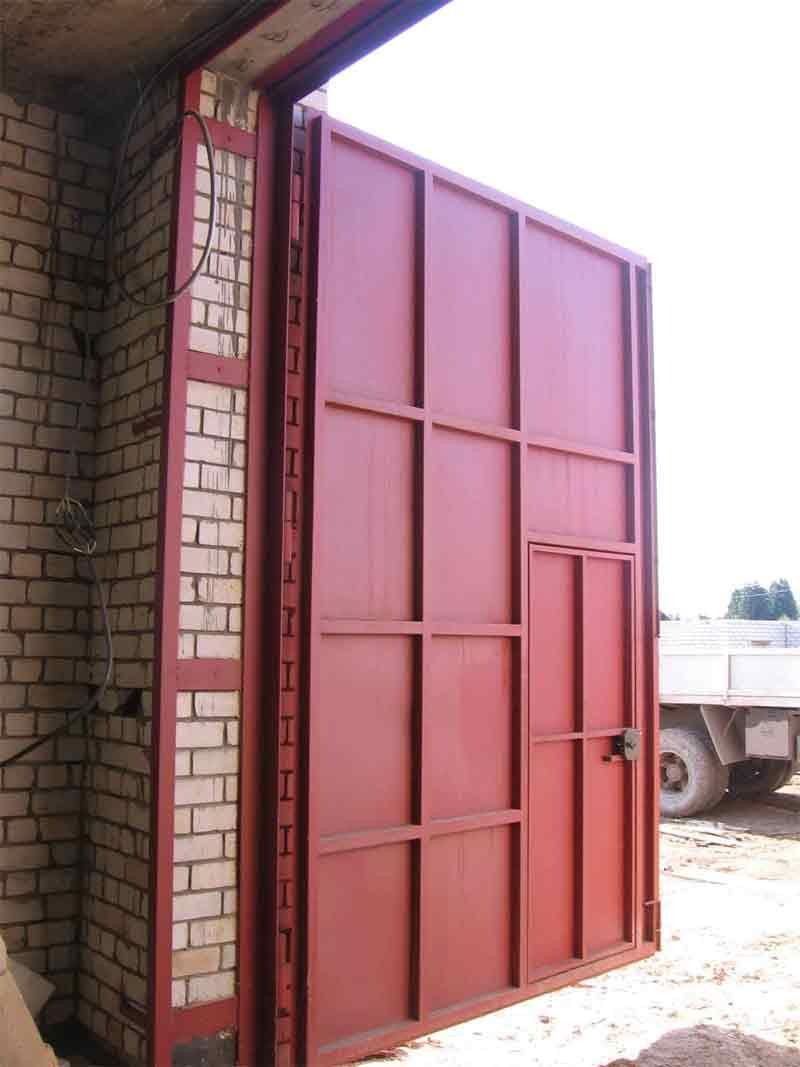 как усилить распашные и секционные гаражные ворота