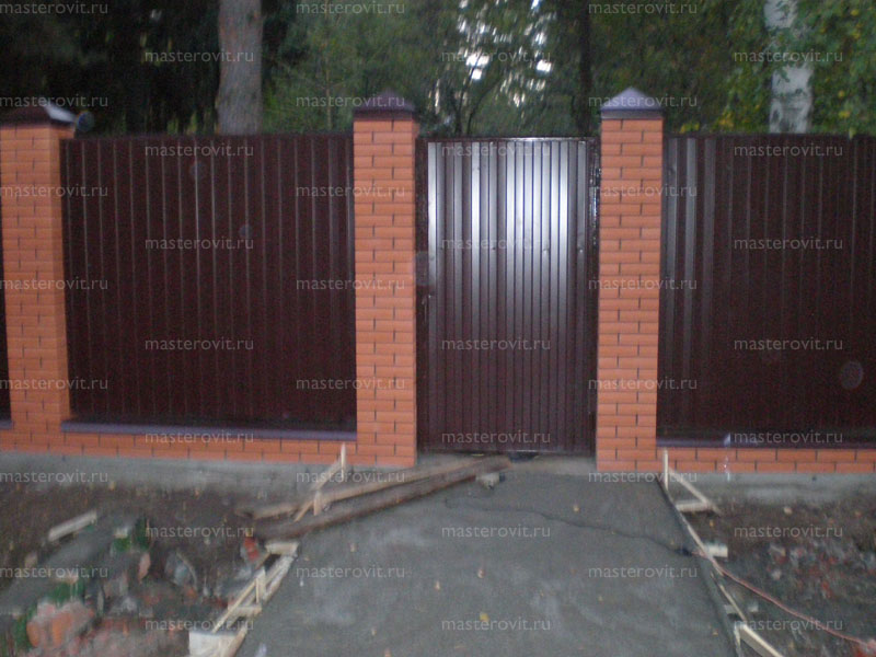 Строим забор из профнастила с кирпичными столбами своими руками 11