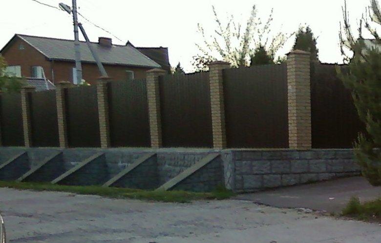 Фотография № 3: забор на участке с уклоном, установленный на выровненном по высоте фундаменте