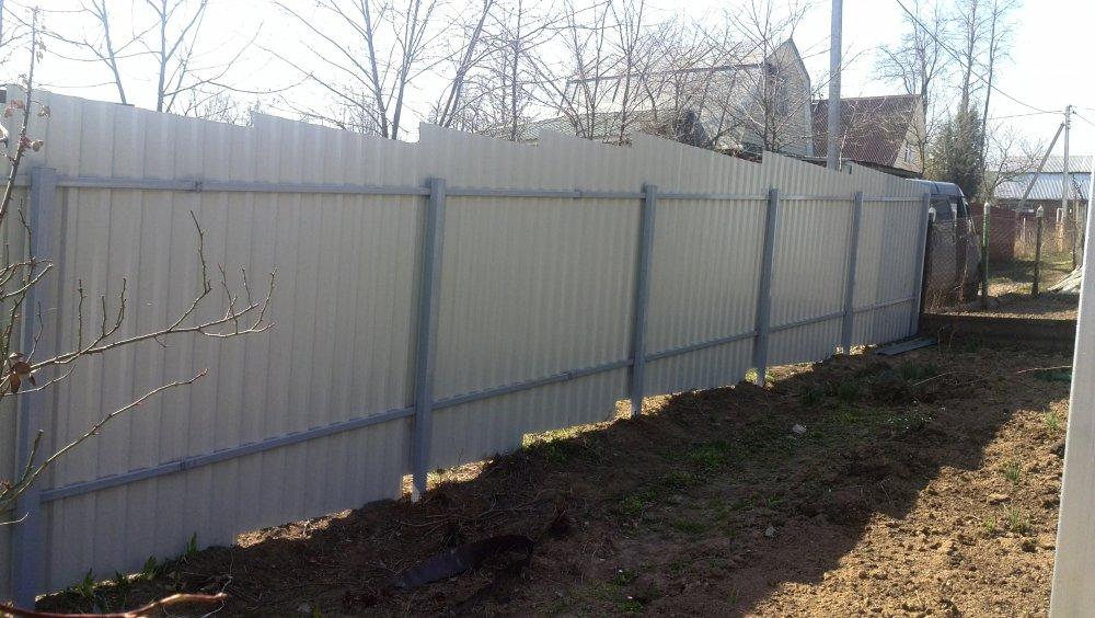 Фотография № 6: забор из профнастила, смонтированный по ступенчатой технологии